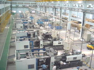 Cina Efisiensi Tinggi Injection Molding Equipment / Mesin Sistem Makan Tengah Distributor